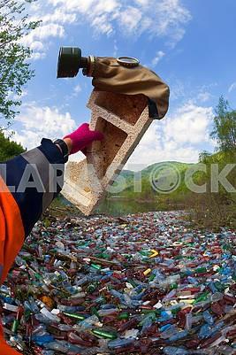 Специальная операция по очистке реки от мусора