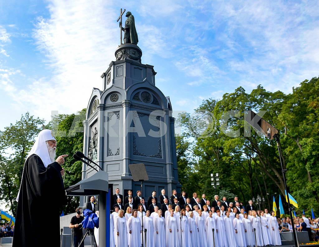 Митрополит Филарет возле памятника Владимиру — Изображение 72995