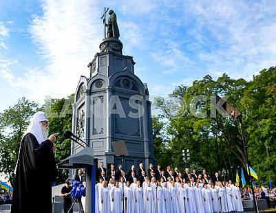 Митрополит Филарет возле памятника Владимиру