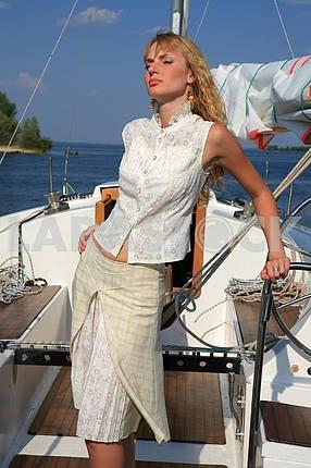 Молодая женщина на яхте стол смотрит вперед