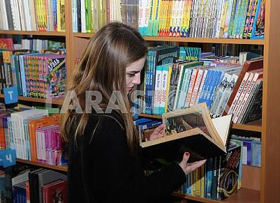 Девушка в библиотеке им. Т.Г. Шевченко
