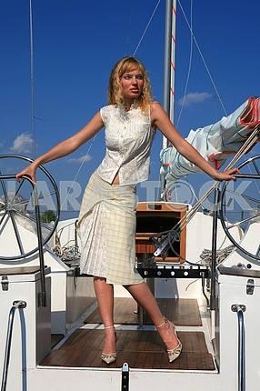 Молодая женщина на яхте