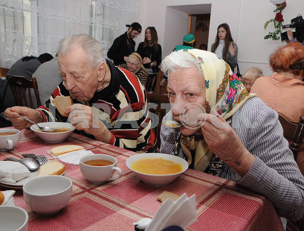 Low-income people dine — Image 73150