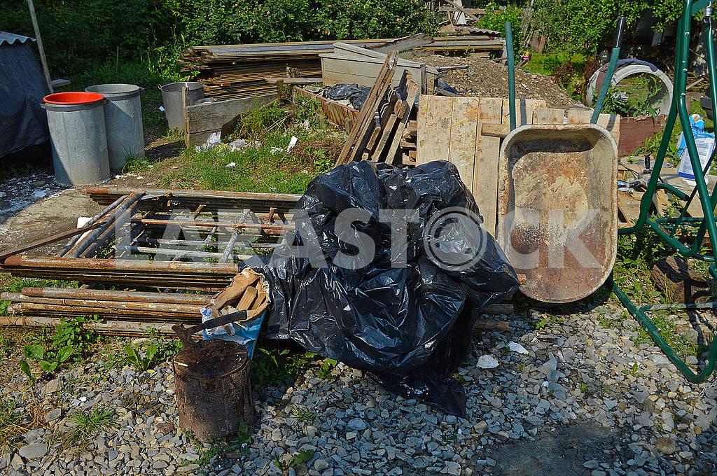 Двір захаращений сміттям — Изображение 73188
