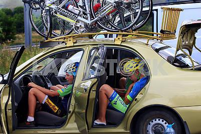 Велосипедисты в автомобиле