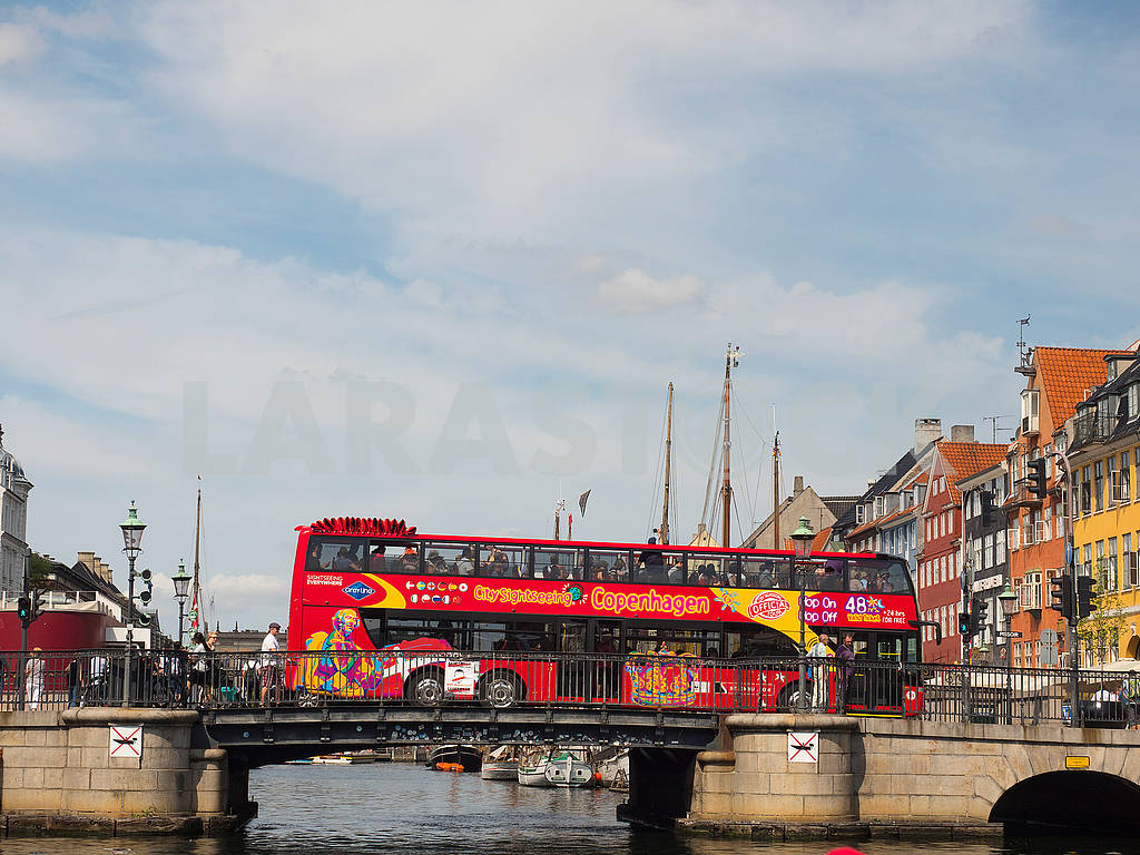 Туристический автобус на мосту в Копенгагене — Изображение 73448