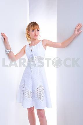 Красивая молодая женщина в белом платье