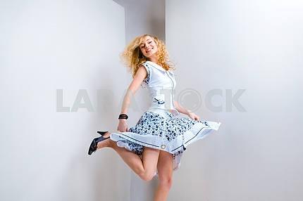 Молодая женщина прыгает и весело в студии