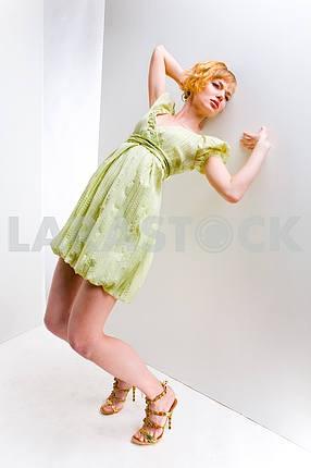 Девушка в зеленом платье . Во всех роста. В студии . падает ва