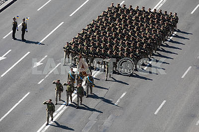 Колонна девушек военнослужащих