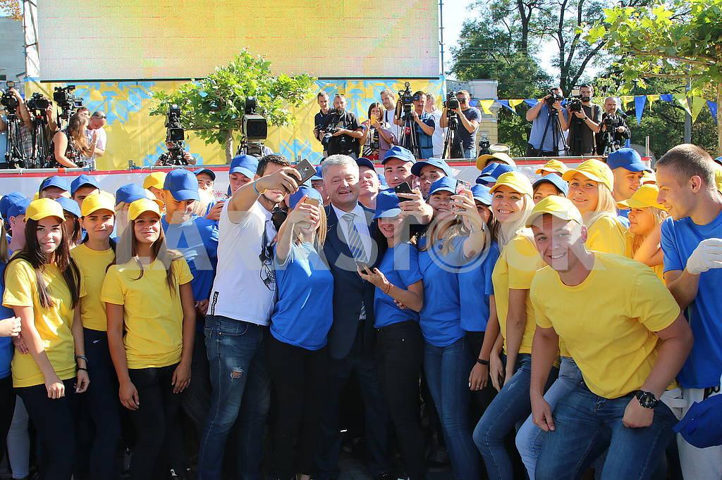 Люди в синих и желтых футболках — Изображение 73711
