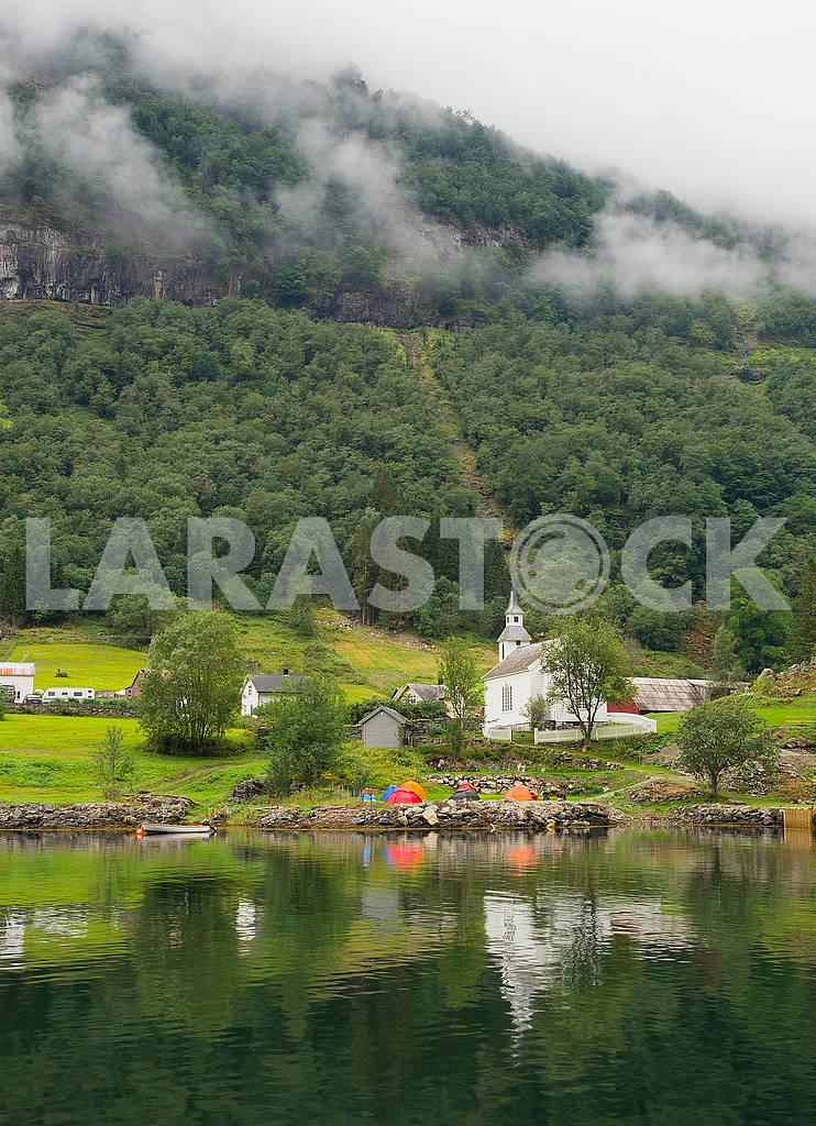 Деревянные дома, церковь и палатки — Изображение 73741