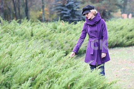 Красивая блондинка на открытом воздухе в пальто и шляпу