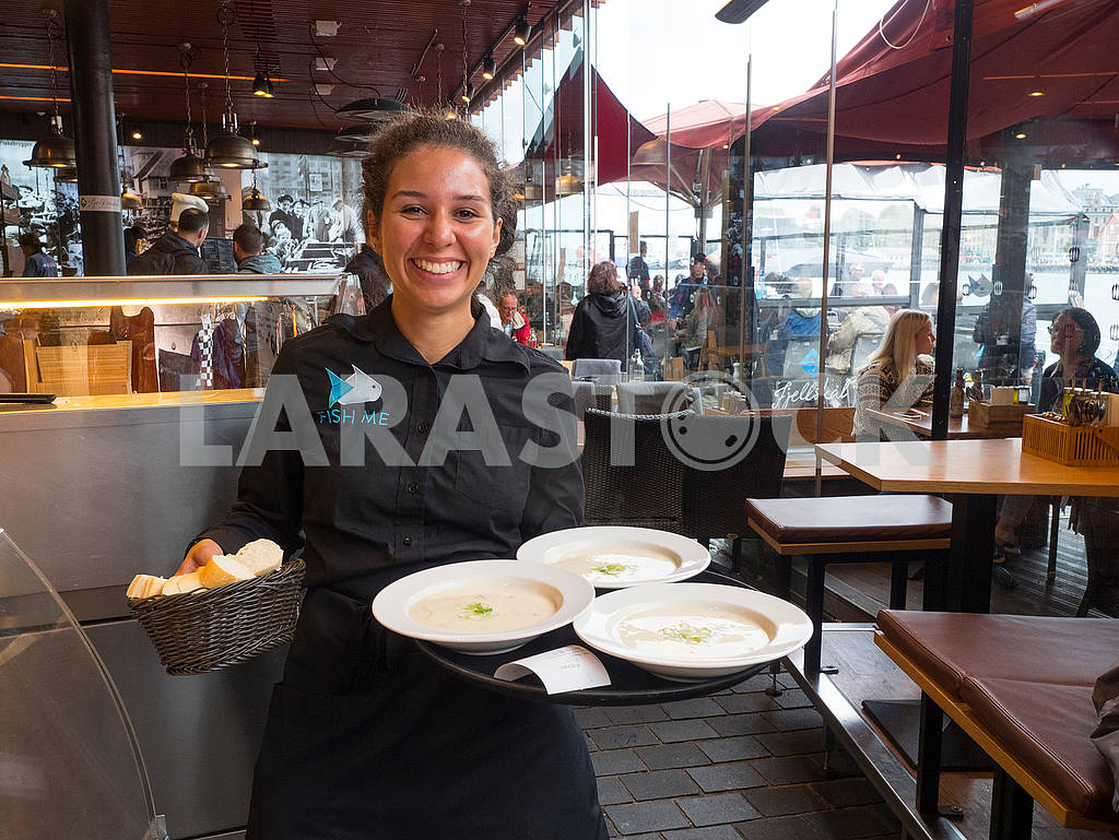 Waitress in a cafe in Bergen — Image 73808