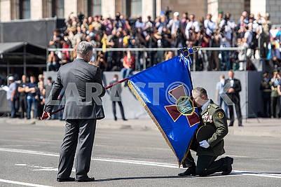 Petro Poroshenko presents the banner of the military unit