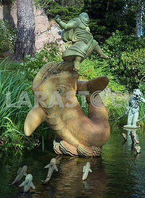 Скульптуры в бассейне