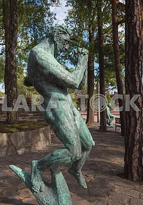 Парящая скульптура в парке
