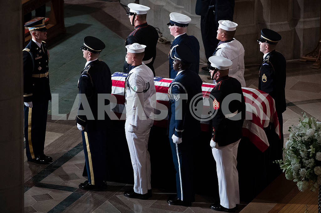 Гроб с телом Джона Маккейна — Изображение 73935