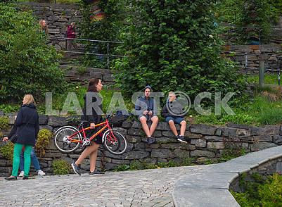 Женщина несет велосипеды