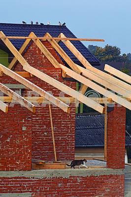 Будується будинок з дерев'яним дахом