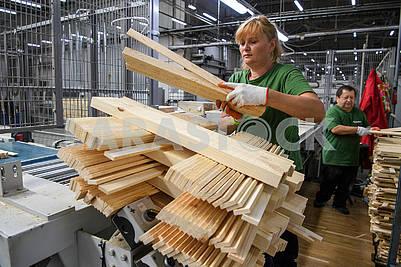 Работники в деревообрабатывающем цеху