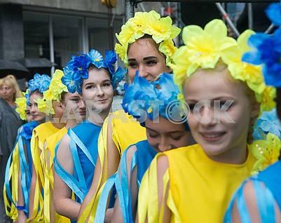 Девочки в желтых и синих костюмах