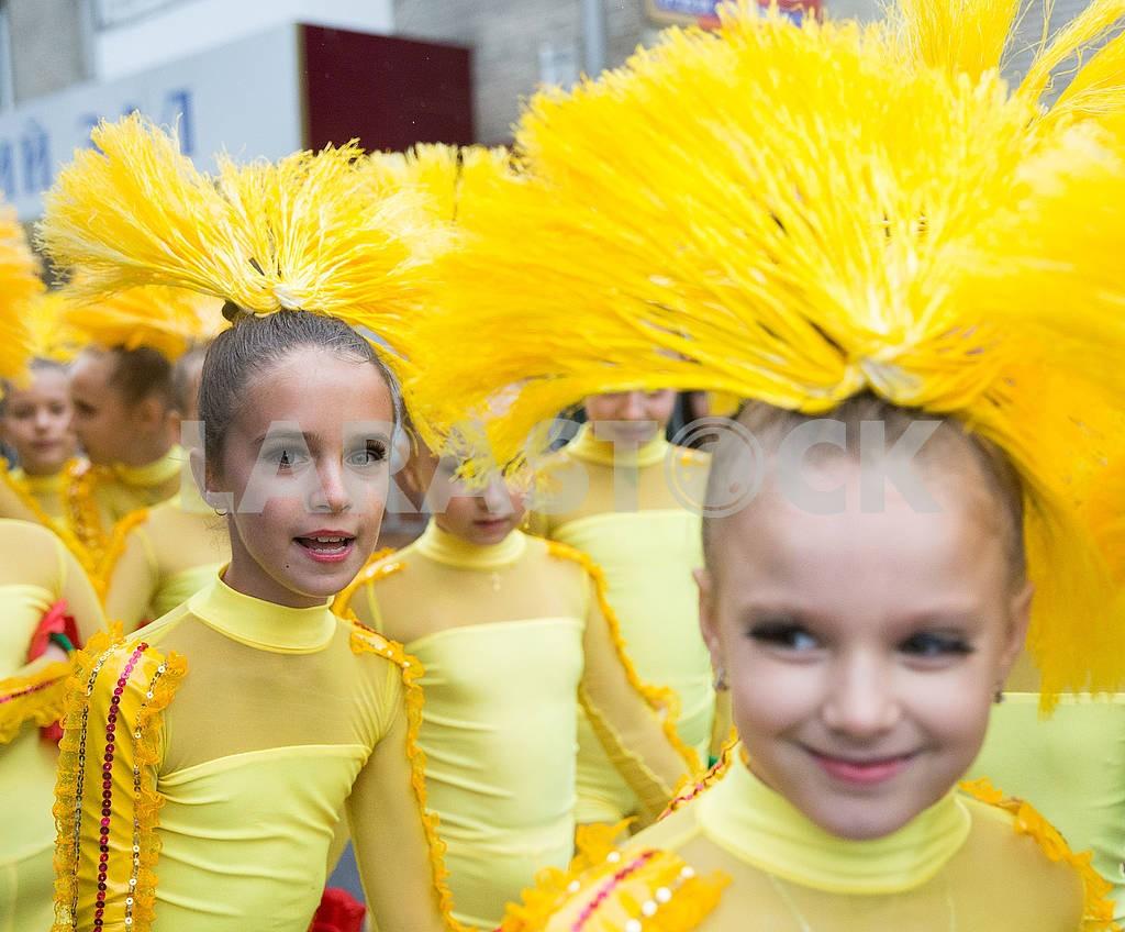 Девочки в желтых  костюмах — Изображение 74232