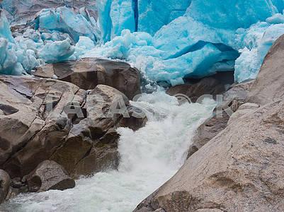 Ледник Нигардсбрин и водопад