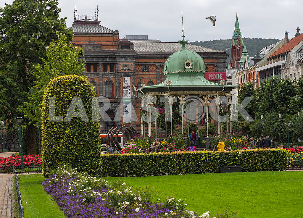 Arbor in front of the hotel in Bergen — Image 74303