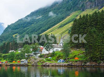 Палатки и дома на берегу фьорда