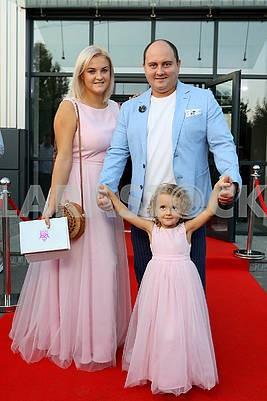Украинский актер Юрий Ткач с женой и дочкой