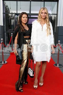 Ана Варава слева