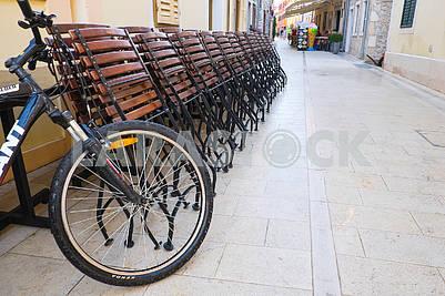 Велосипед и складные столы