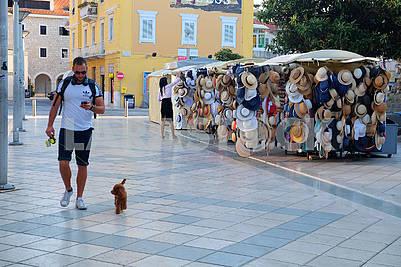 Торговля шляпами на улице