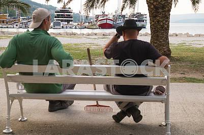 Уборщики на скамейке в Макарска