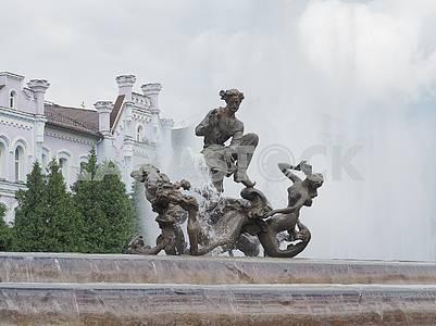 Статуи в фонтане