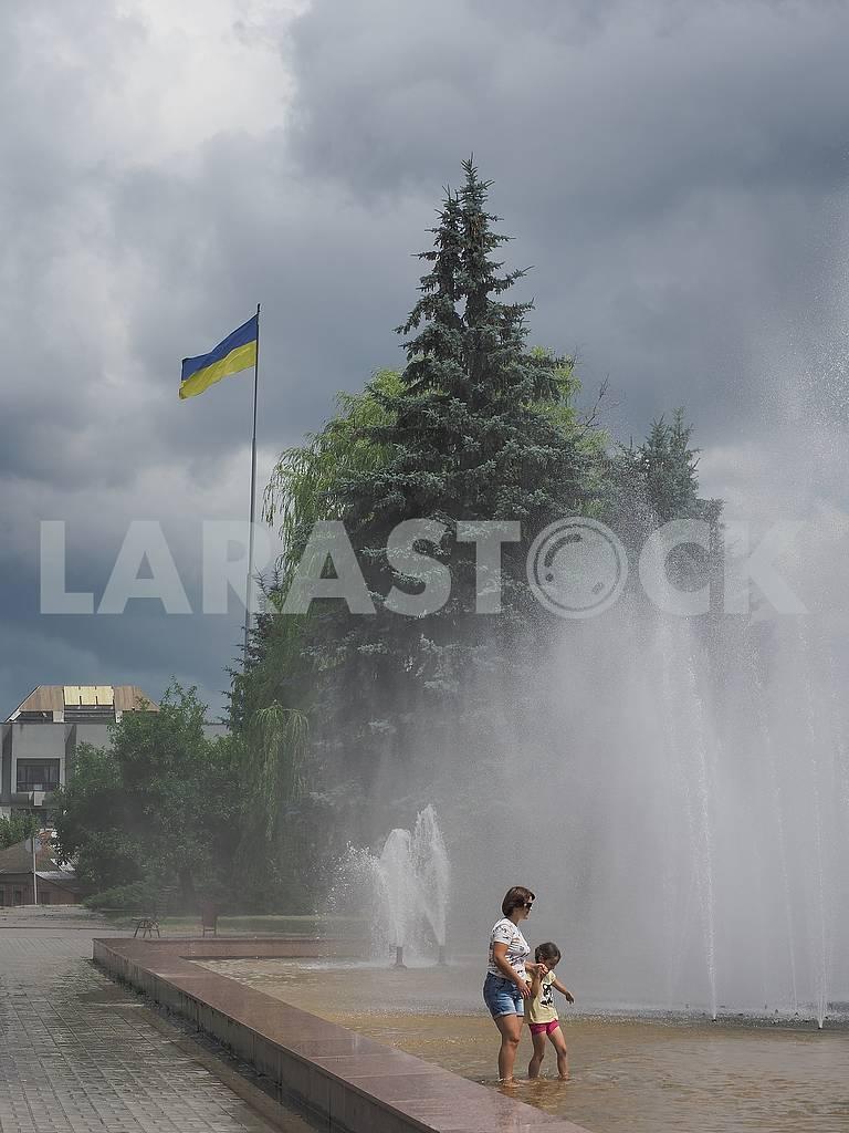 Дети в фонтане — Изображение 74630
