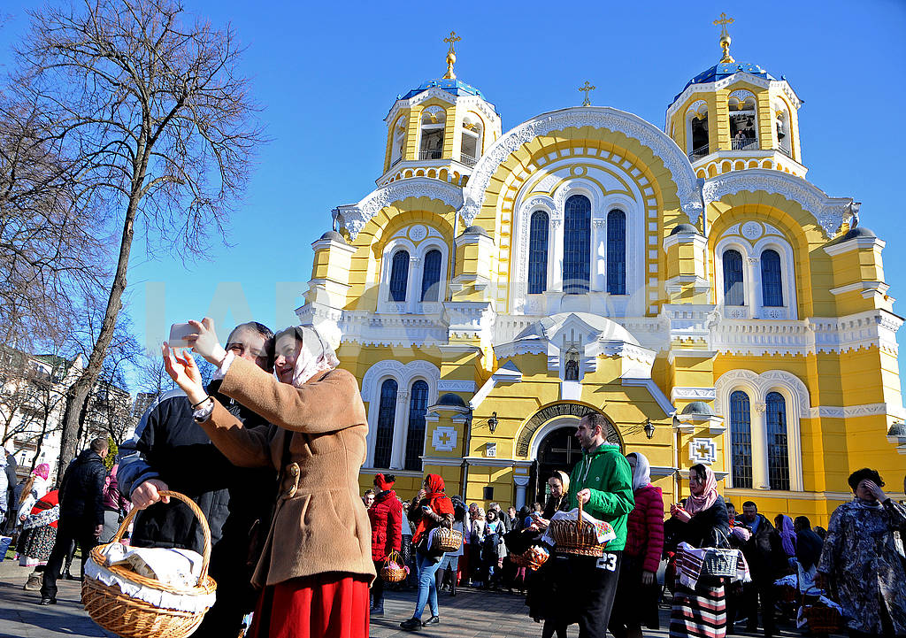 Couple making selfie on the background of the Cathedral of Vladimir — Image 74653