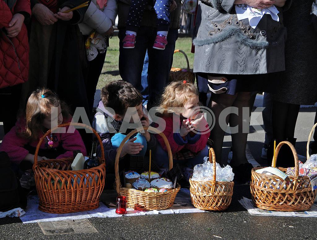 Дети возле пасхальных корзинок — Изображение 74654