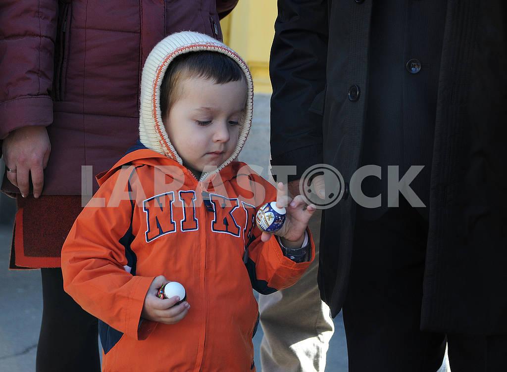 Мальчик держит писанки — Изображение 74656