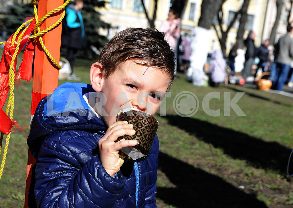 Мальчик ест пасхальный кулич — Изображение 74657