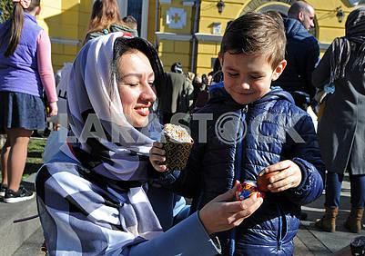 Девушка с мальчиком держат писанки