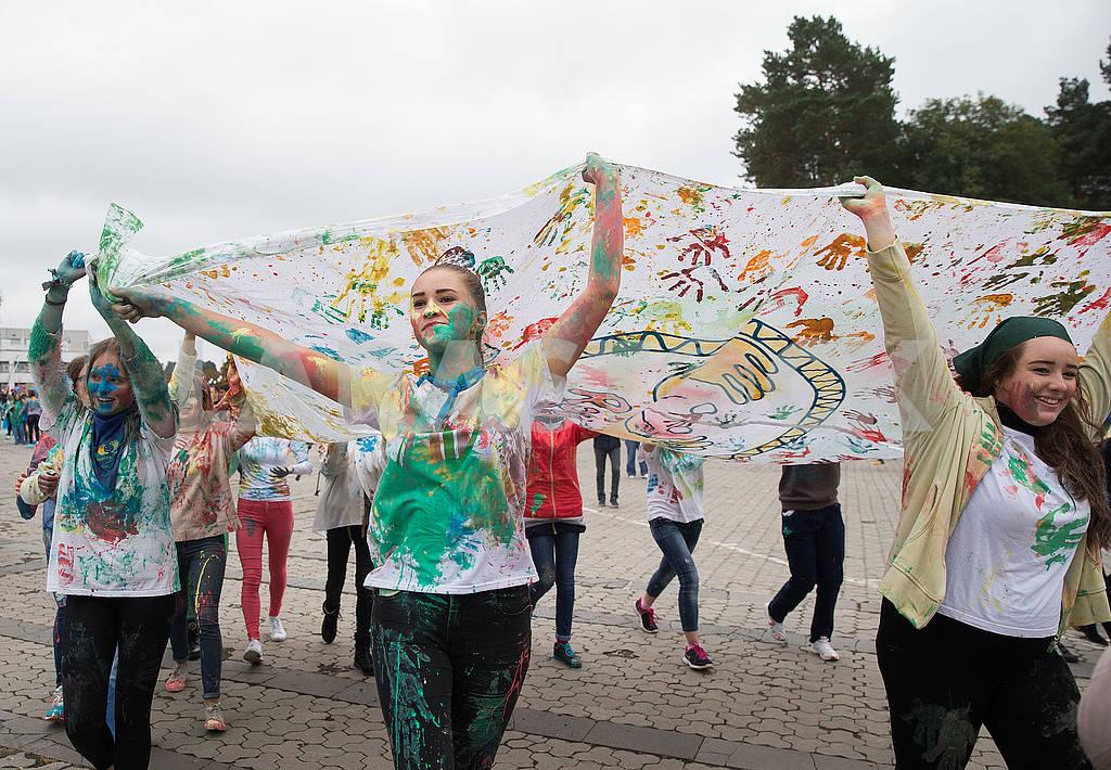 Дети несут красочный баннер — Изображение 74755