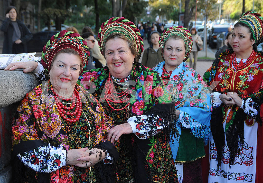 Women in Ukrainian costumes — Image 74930