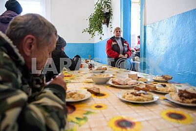 Жители эвакуированых селв столовой