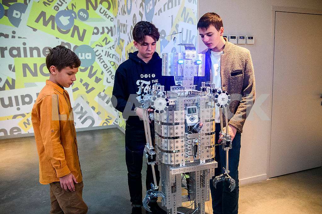 Дети-робототехники и робот  — Изображение 75023