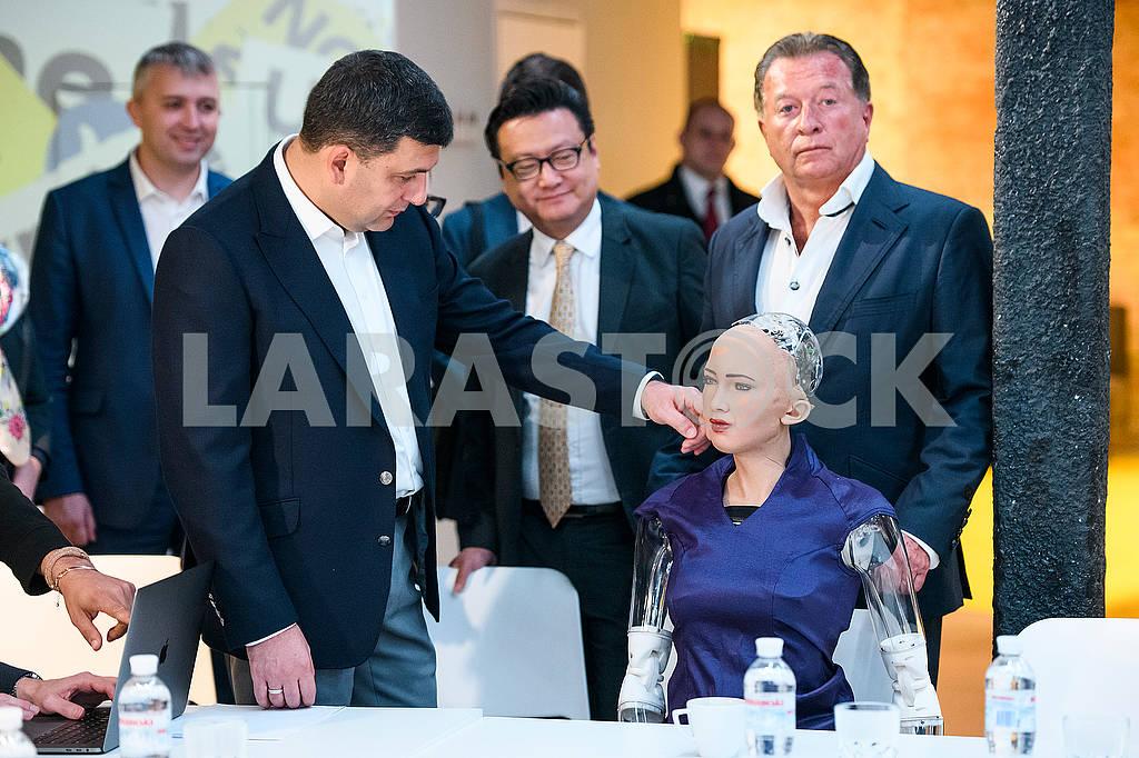 Владимир Гройсман и робот София — Изображение 75031