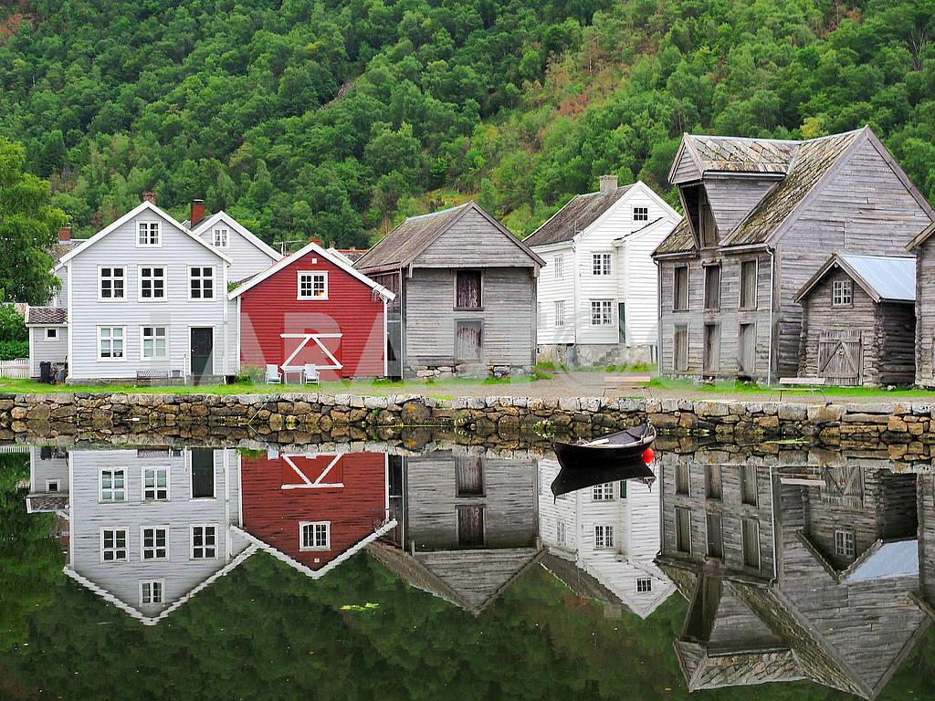 Деревянные дома и отражение — Изображение 75068