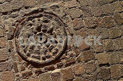 Кам'яний текстурований тротуар та старий брудний люк з металевим покриттям