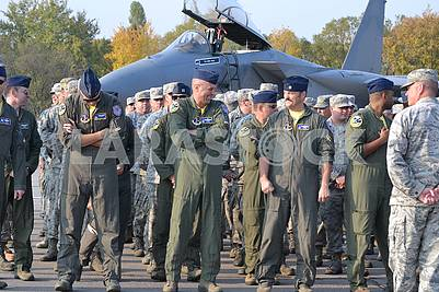 Второй слева американский летчик подполковник Сет «Джетро» Неринг